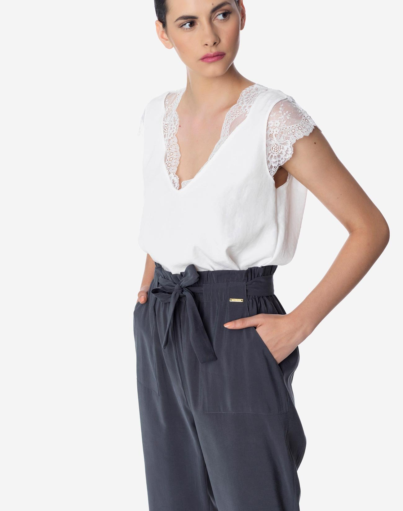 High-waist trousers with tie