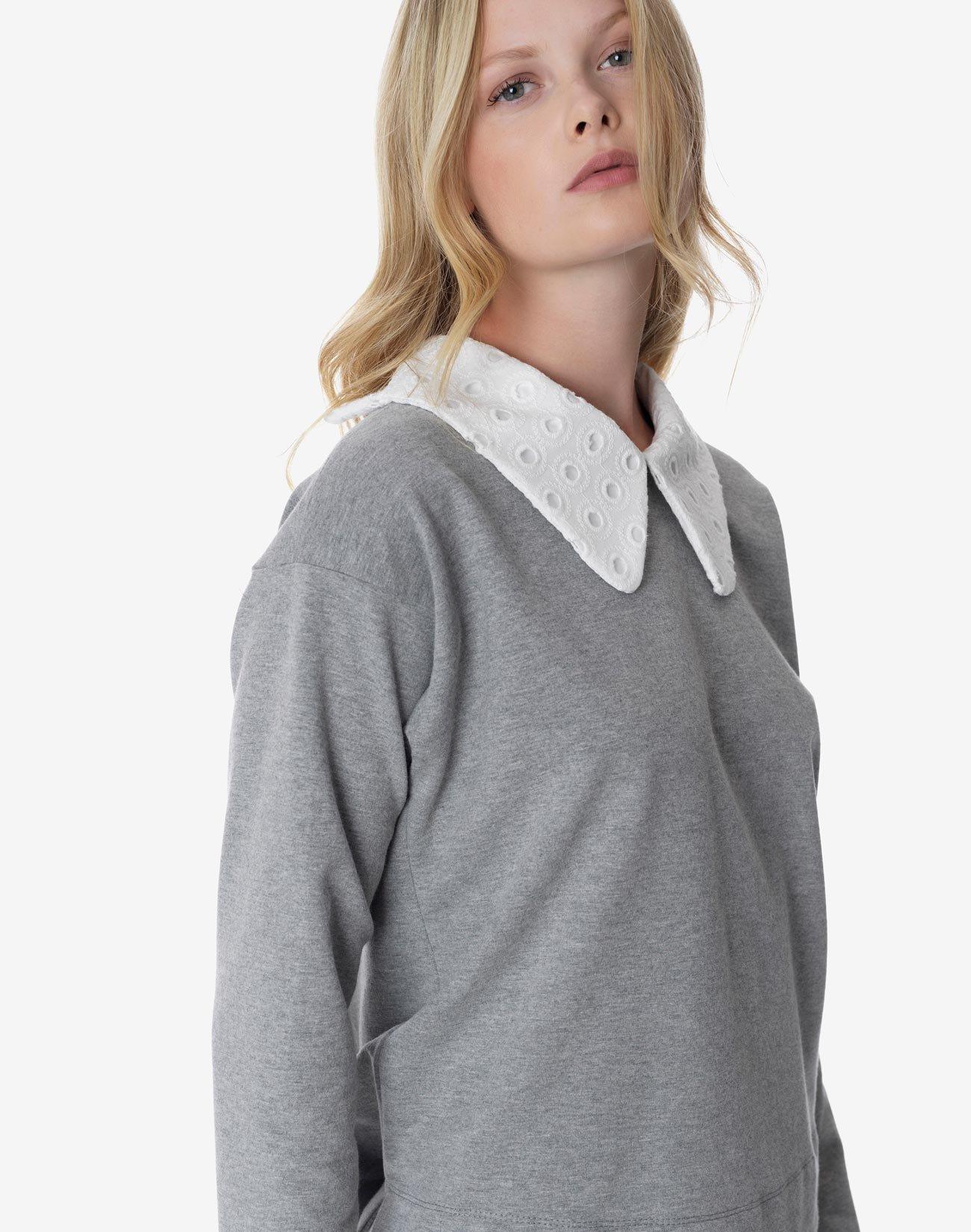 Sweatshirt with collar
