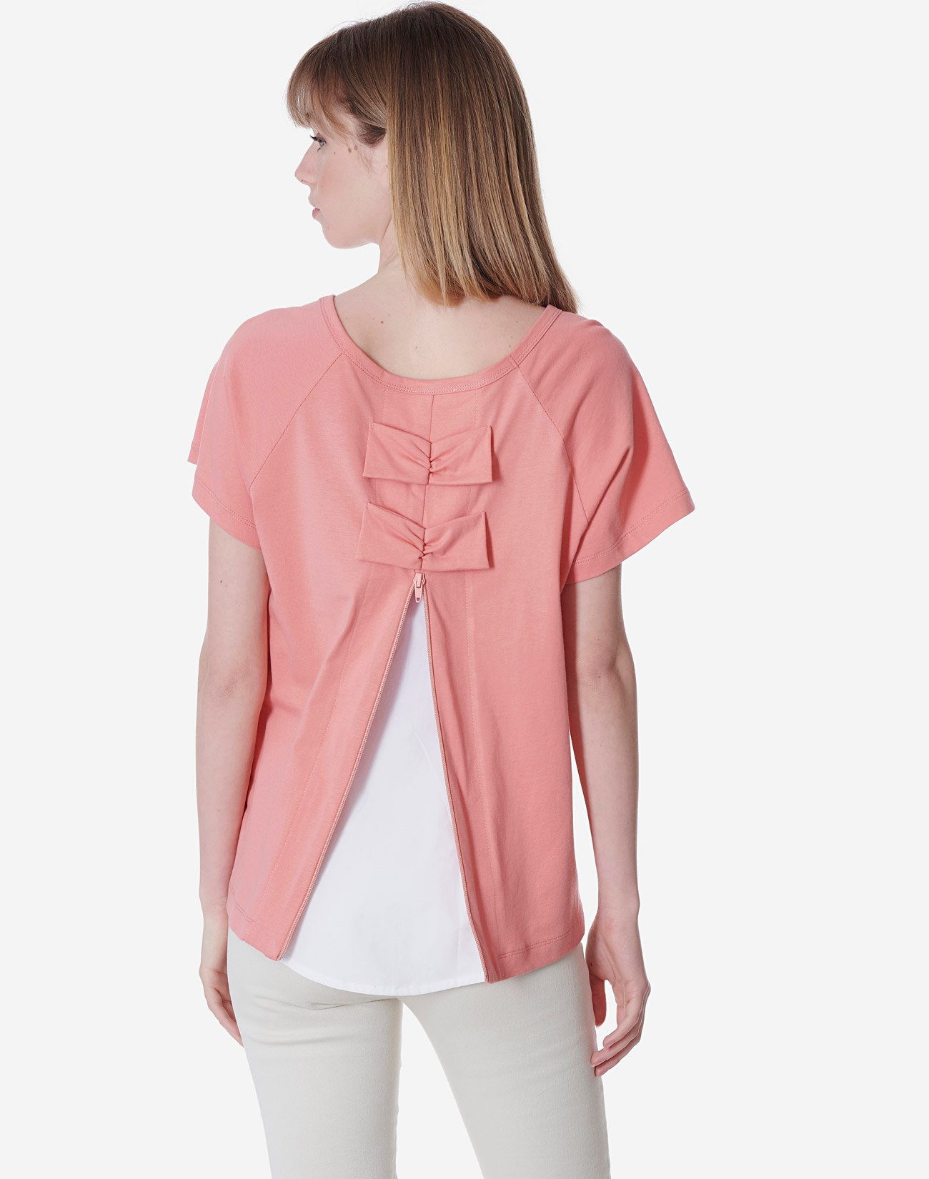 Top in contrast with bows