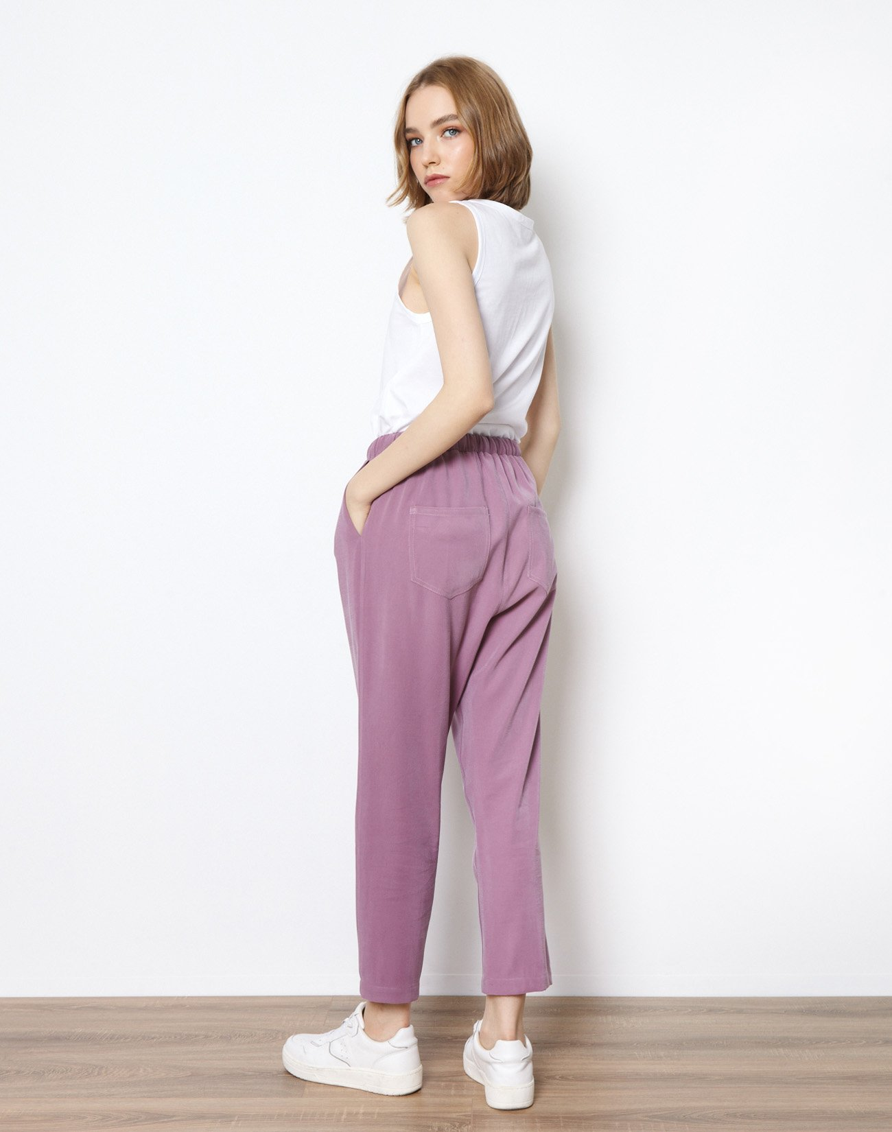 Trousers with tie