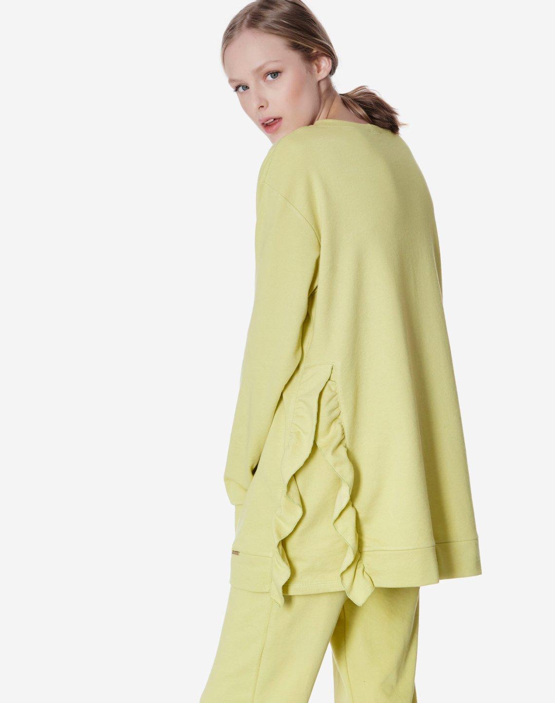 Sweatshirt with ruffles